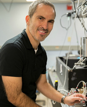 Holger Schmidt has been developing optofluidic chip technology in collaboration with researchers at Brigham Young University, with applications in areas such as biological sensors, virus detection, and chemical analysis. (Photo by C. Lagattuta)